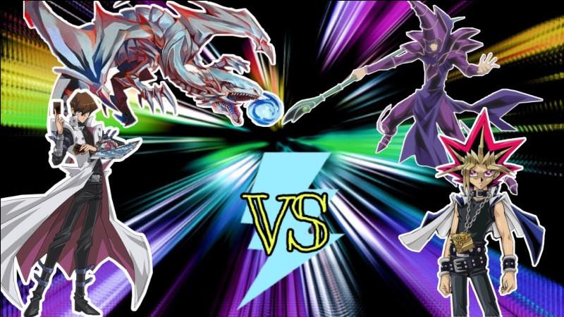 """Dans """"Yu-Gi-Oh"""", combien de points d'attaque possèdent le magicien sombre et le dragon blanc aux yeux bleus ?"""