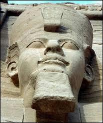 """Qui est parfois appelé """"le pharaon bâtisseur"""" ?"""