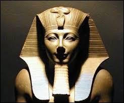 Sous le règne de quel pharaon l'Égypte a-t-elle atteint l'apogée de sa puissance artistique et internationale (vers 1400 ans avant notre ère) ?