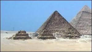 Avec 63 mètres de hauteur, quelle est la plus petite des trois grandes pyramides du plateau de Gizeh ?