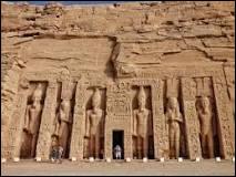 Près de quelle étendue d'eau se trouvent les temples d'Abou Simbel ?