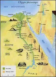 Quelle ville a été la première capitale de l'Égypte antique et l'est restée durant tout l'Ancien Empire ?