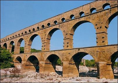 Le « Pont du Gard » servait à faire passer au dessus du Gard une partie de l'aqueduc qui approvisionnait Nîmes en eau à l'époque romaine. Quelle est la longueur totale de l'aqueduc ?