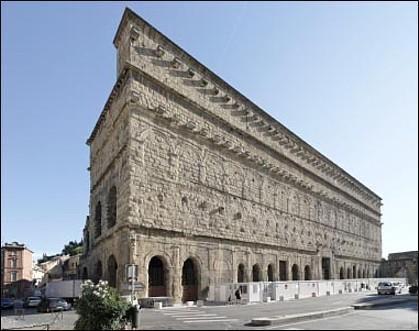 Quel monarque, lors de sa visite au célèbre théâtre d'Orange, a qualifié la façade du bâtiment de « Plus belle muraille du Royaume » ?