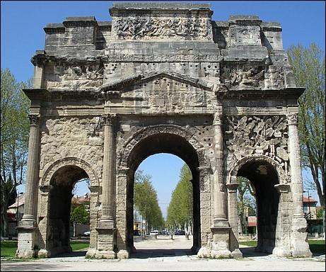 L'arc d'Orange fut érigé au début du Ier siècle de notre ère. Pour quelle raison a-t-il été bâti ?