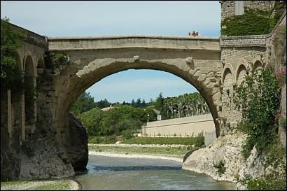 Le pont romain de Vaison-la-Romaine est décidément à l'épreuve du temps… Mais l'une des trois affirmations ci-dessous est fausse : Laquelle ?