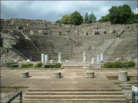 Ce théâtre fut construit entre la fin du Ier siècle av. J. -C. et le début du IIe siècle ap. J. -C. De quel théâtre s'agit il ?