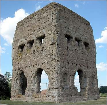 Près d'Autun on peut voir le « Temple de Janus » datant du Ier siècle de notre ère. Ce temple fut construit sur le modèle d'un lieu de culte préromain. Quel est le nom de ce type de structure ?