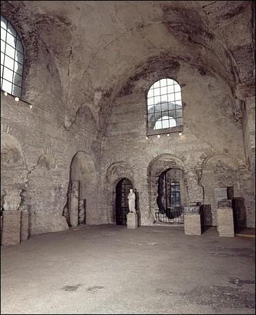 Dans des thermes romains le frigidarium était la salle où l'on prenait des bains froids. Celui-ci mesure 250 m2 et sa voûte culmine à 14 mètres. Dans quelle ville peut on le voir ?