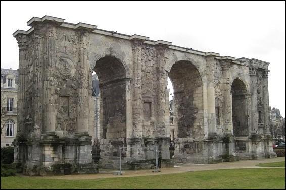 La porte de Mars à Reims a été construite au IIIe siècle de notre ère. Qu'a-t-elle de remarquable ?