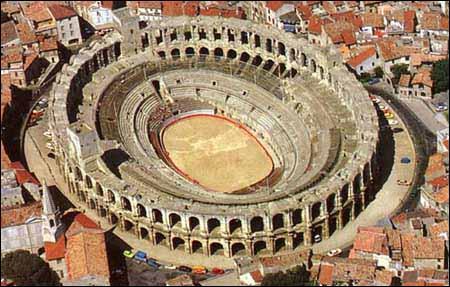 Les arènes d'Arles, construites peu après le Colisée à Rome vers 80 de notre ère, mesurent 136 mètres de long. Combien de spectateurs pouvaient-elles contenir (environ) à l'époque romaine ?