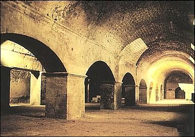 Cette galerie souterraine datant de la fin du Ier siècle de notre ère est le cryptoportique d'Arles. Sous quel lieu est il situé ?