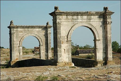 Le pont de Saint-Chamas ou pont Flavien (Bouches-du-Rhône) est unique en architecture civile romaine. Sur quelle route ancienne se trouve t'il ?