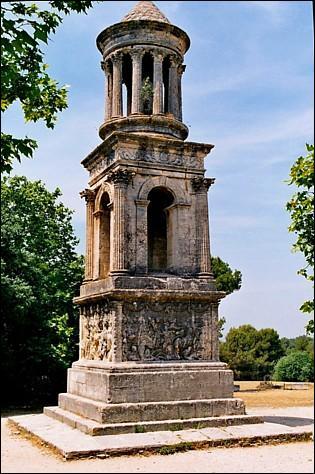 On peut voir cet édifice bâti au Ier siècle avant notre ère à Glanum. A quoi servait il à l'époque romaine ?