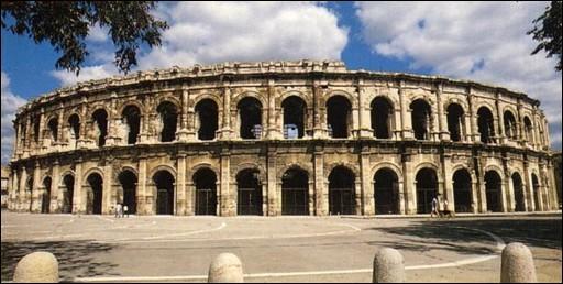 A Nîmes on a découvert un petit animal qui ne vit que dans les Apennins près de Rome et dans les arènes, installé là depuis la construction à l'époque romaine. De quel animal s'agit il ?