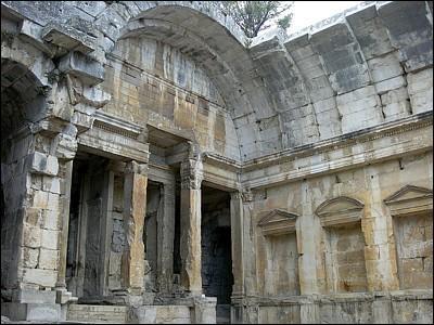 Voici une photo du « temple de Diane » situé près des jardins de la Fontaine à Nîmes. Mais en fait il ne s'agissait pas d'un temple, qu'était-ce donc ?