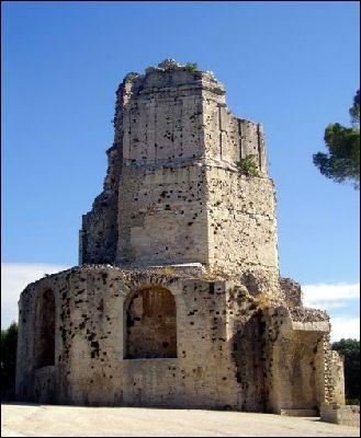 Comment nomme t'on ce monument romain qui se dresse sur le mont Cavalier à Nîmes ?