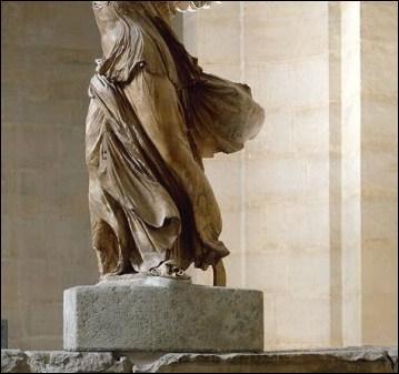 La statue de la Victoire de Samothrace, dont on ne voit ici que les jambes, ...