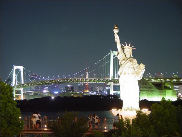 Qu'est censée éclairer la Statue de la Liberté ?