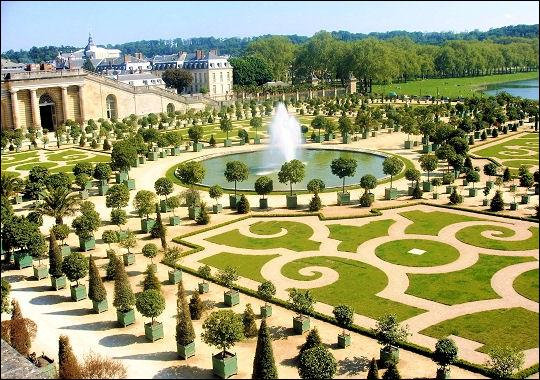 Qui a dessiné les jardins du parc de Versailles ?
