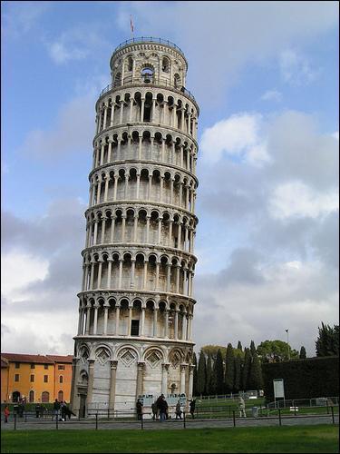 Où trouve-t-on une célèbre tour penchée ?