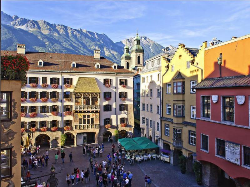"""Enfin, revenons plus près de chez nous. Dans quelle ville autrichienne, capitale du land du Tyrol, pourrez-vous contempler le """"petit toit d'or"""" que vous voyez ici en photo ?"""