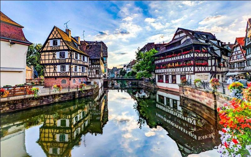"""Quelle préfecture française possède un célèbre quartier touristique fait de canaux nommé """"la Petite France"""" ?"""