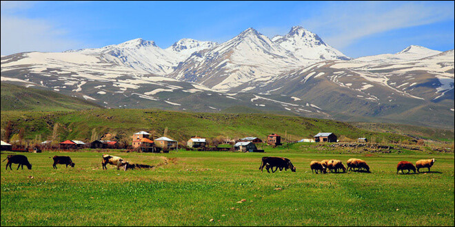 Quelle montagne, volcan éteint, est, avec ses 4095 mètres, le point culminant du massif du Petit Caucase et aussi celui de l'Arménie ?