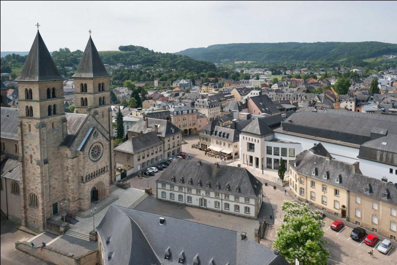 """Dans quel pays situez-vous la petite ville médiévale d'Echternach, principale ville de la région du Müllerthal, aussi nommée """"Petite Suisse"""" ?"""