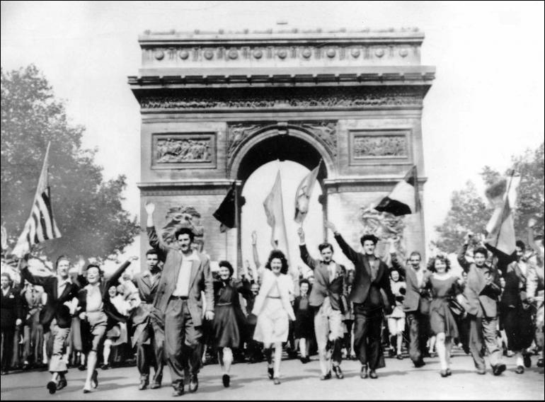 La libération de Paris est un moment majeur de la libération du pays. La signature de la capitulation des troupes allemandes est faite à la gare Montparnasse ; elle est suivie du discours du général de Gaulle à l'Hôtel de Ville. C'est le ...