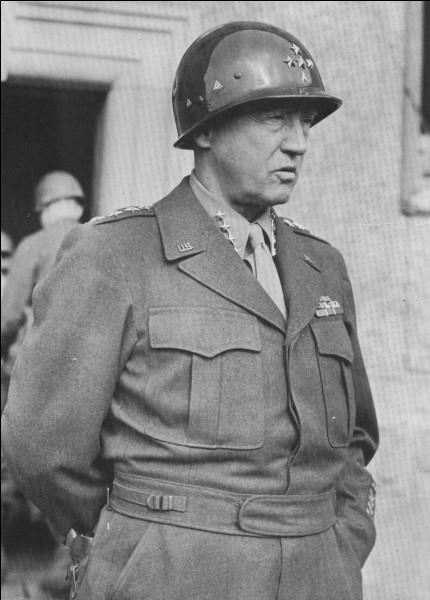 La bataille de Metz se déroula du 27 août au 13 décembre 1944, oppoant les troupes allemandes à la 3e armée américaine : celle-ci était commandée par un général qui venait de sillustrer dans la percée d'Avranches et qui ensuite jouera un rôle décisif dans la bataille des Ardennes. Il s'agit de ...