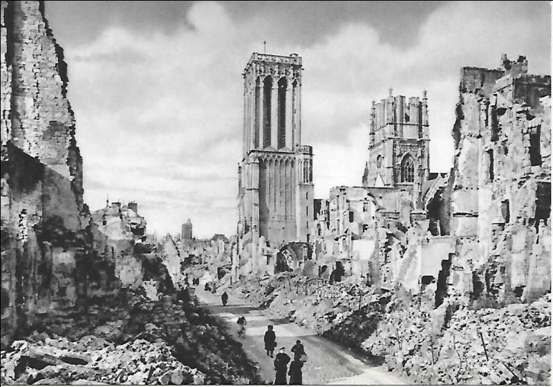 C'est la première grande ville libérée, après de longs combats qui la laissent presque entièrement détruite :