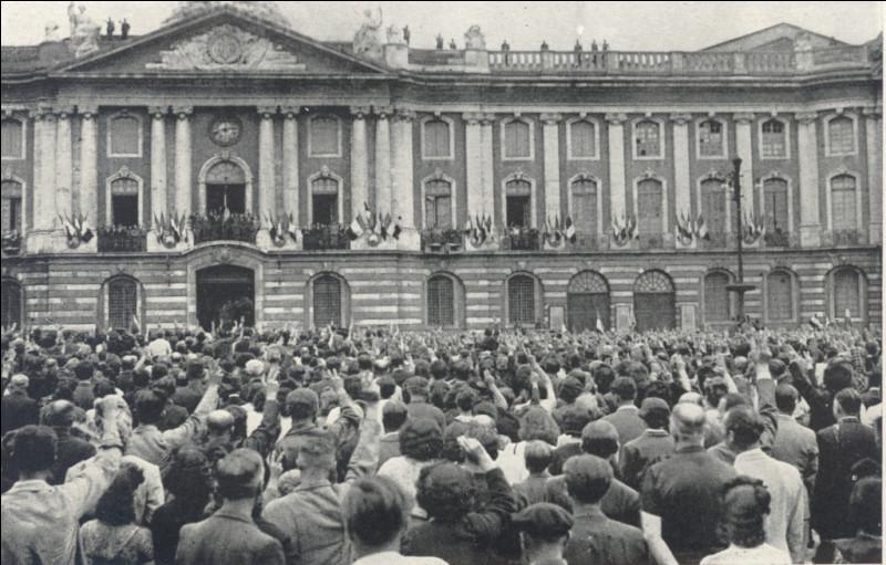 Plusieurs régions sont progressivement évacuées par les troupes allemandes qui se dirigent vers le front : cette ville est libérée le 19 août : c'est - jusqu'à la libération de Paris - la plus grande ville française à sortir de l'occupation allemande. C'est ...