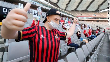 Face à la pandémie mondiale, ce club de football sud-coréen, le FC Séoul, a décidé de pallier l'absence de public en installant dans les gradins ...