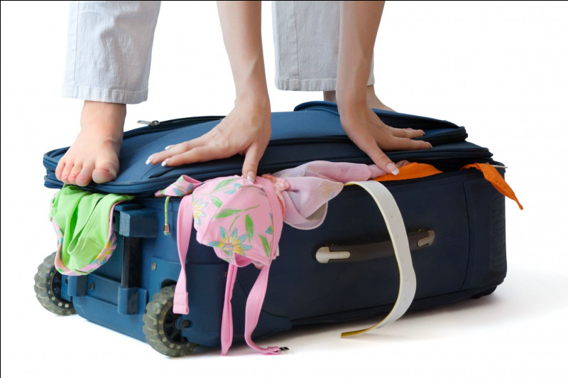 D'après vous, quelle est la meilleure façon de faire rentrer des vêtements dans une valise sans être obligé de sauter à pieds-joints dessus pour la fermer ?