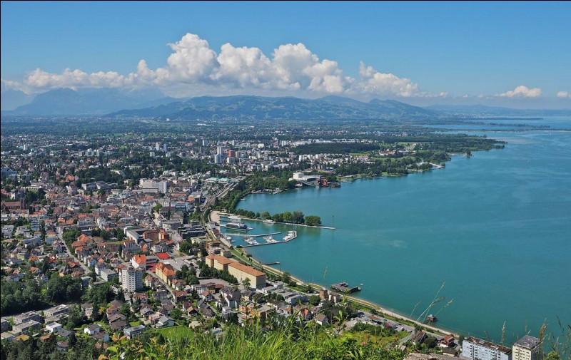 Ville autrichienne sur le lac de Constance :