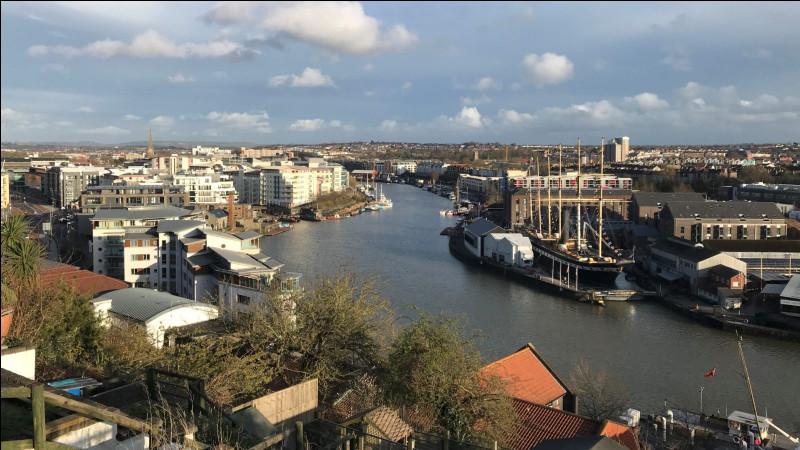 Ville anglaise de 450 000 habitants, à la longue histoire maritime, proche de l'estuaire de la Severn :