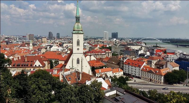 Ville d'Europe centrale bordée par le Danube, capitale de la Slovaquie :