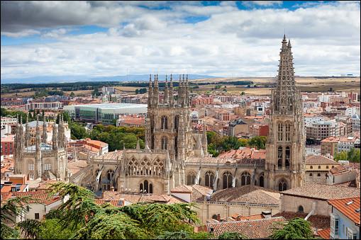 Ville du nord de l'Espagne, située sur un plateau à près de 900 mètres d'altitude, berceau de la Vieille-Castille :