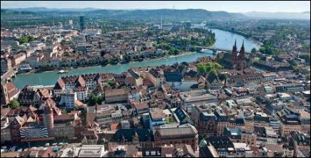 Ville suisse sur le Rhin, centre financier et industriel, également considérée comme la capitale culturelle de la Suisse :