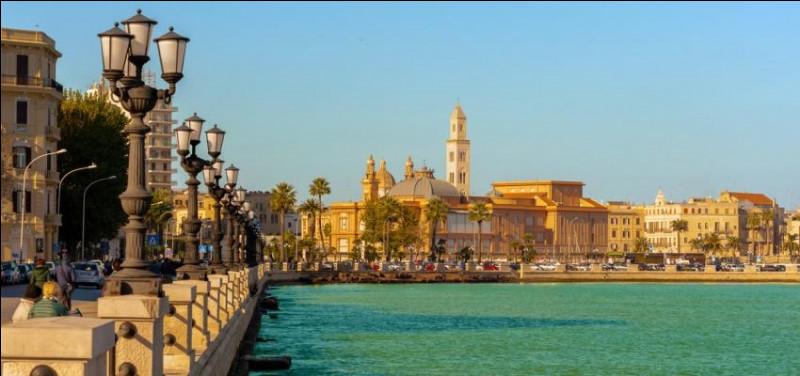 Ville italienne sur la côte Adriatique, capitale des Pouilles :