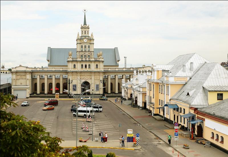 Ville biélorusse de 350 000 habitants, située sur le Bug, à la frontière polonaise :