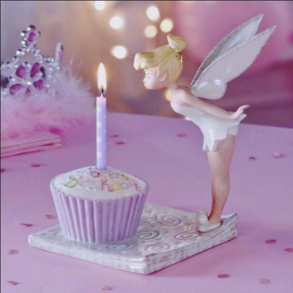 Puis, soudain, tu te souviens, c'est l'anniversaire de ta petite sœur ! Elle fête son 7e anniversaire !
