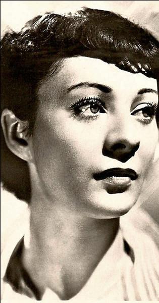 """Elle débute au théâtre en 1932 puis au cinéma, tourne avec Renoir dans """"Partie de campagne"""" et """"Le Crime de monsieur Lange"""", puis joue dans """"L'Affaire du courrier de Lyon"""" et dans """"Forfaiture"""" : c'est ..."""