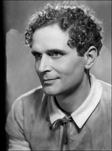 """Jeune comédien de théâtre dès 1919, puis de cinéma en 1922, il incarne Raskolnikov dans """"Crime et Châtiment"""" en 1935, joue dans """"L'Affaire du courrier de Lyon"""" et """"L'Étrange Monsieur Victor"""" : c'est ..."""