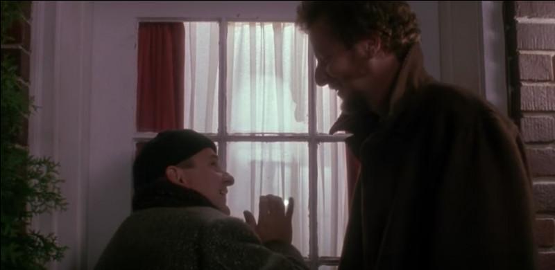 Quand Harry et Marvin cognent à la porte de la maison de kevin, qui prétendent-ils être pour amadouer Kevin (pourtant il n'est pas dupe, Kevin ) ?