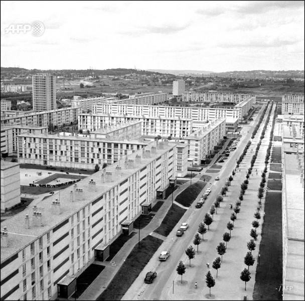 """Cette ville de la banlieue parisienne, qui a vu se construire à partir de 1955 le quartier de Lochères et ses 12 000 logements, est devenue le premier symbole des """"grands ensembles"""" d'immeubles : c'est ..."""