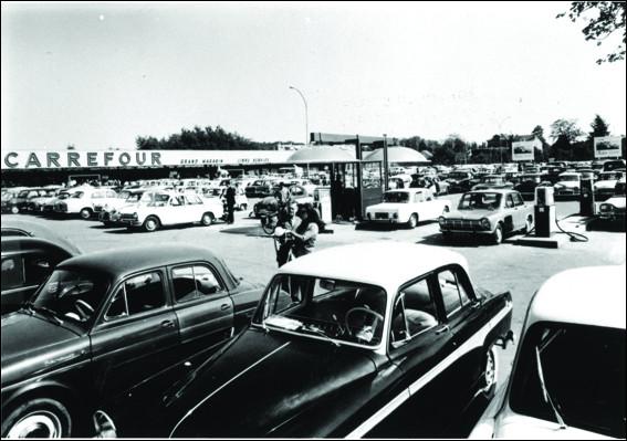 Le premier hypermarché Carrefour, ouvert à Sainte-Geneviève-des Bois, inaugure le développement des grandes surfaces à la périphérie, dotés de vastes parkings : c'était en ...