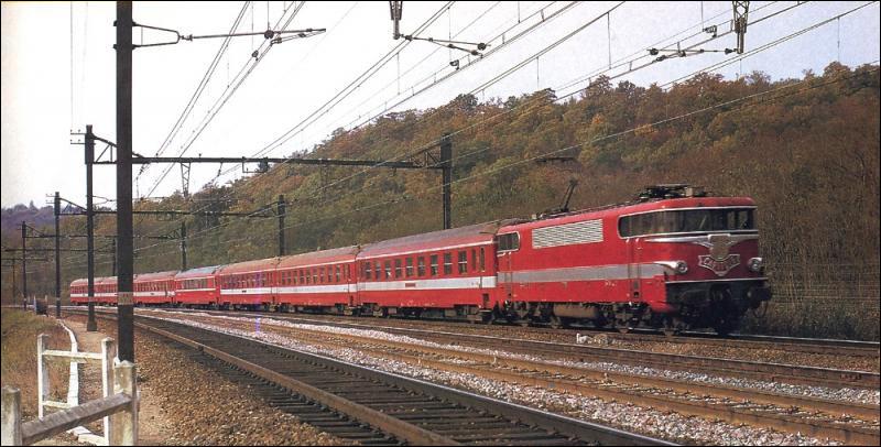 C'est l'époque du développement des trains grandes lignes avec du nouveau matériel et un renouvellement des infrastructures. Le 28 mai 1967, le Capitole est le premier train en France à rouler à 200 km/h en service commercial : en combien de temps relie-t-il Paris à Toulouse par Limoges ?