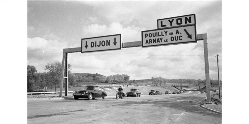 L'inauguration, en octobre 1969, de ce tronçon de l'autoroute A 6 témoigne du grand développement du trafic automobile : entre 1950 et 1970, le parc automobile français et le trafic motorisé sont multipliés par ...